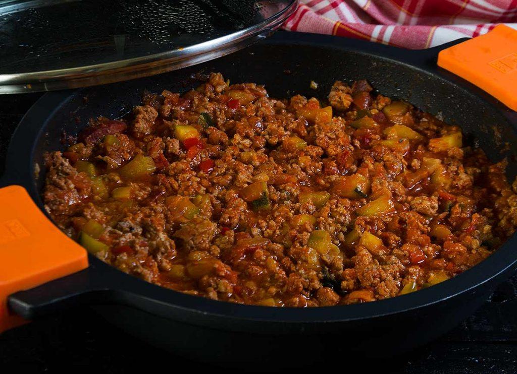 boloñesa, carne picada, tomate, verduras, jamon