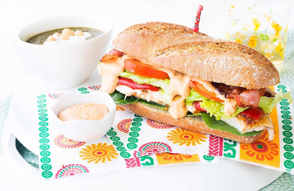 bocadillo, pollo, asado, mayonesa, lechuga, tomate