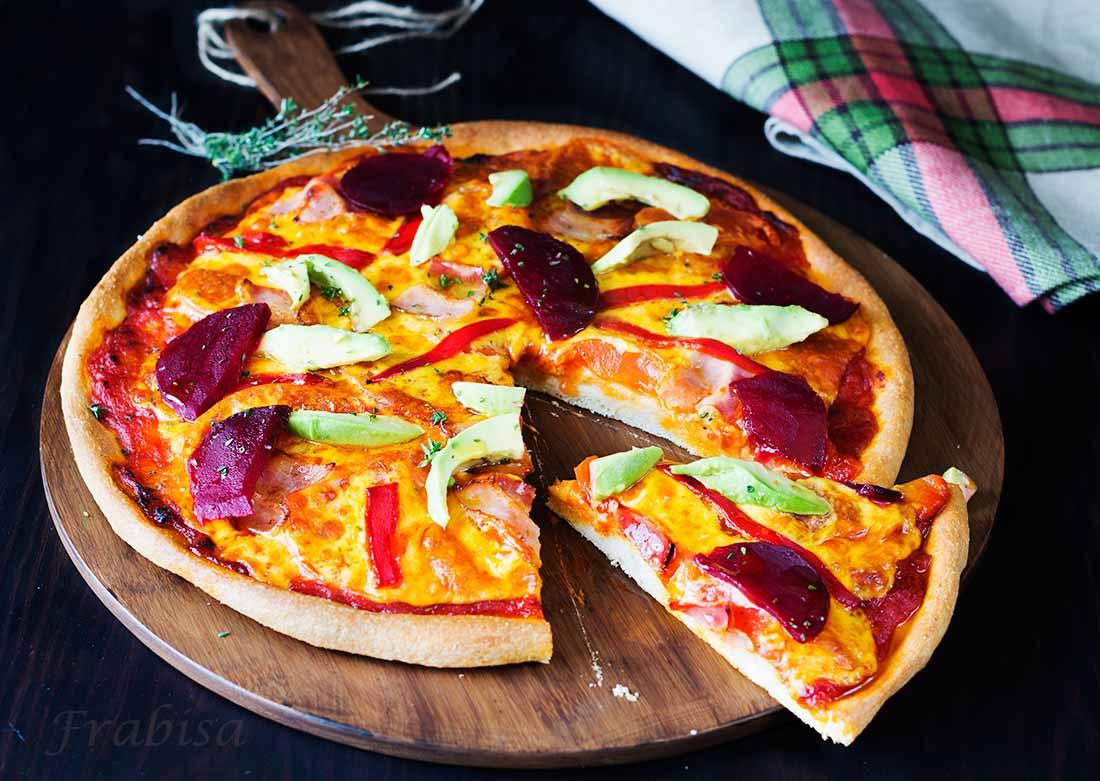 pizza, tomate, aguacate, remolacha
