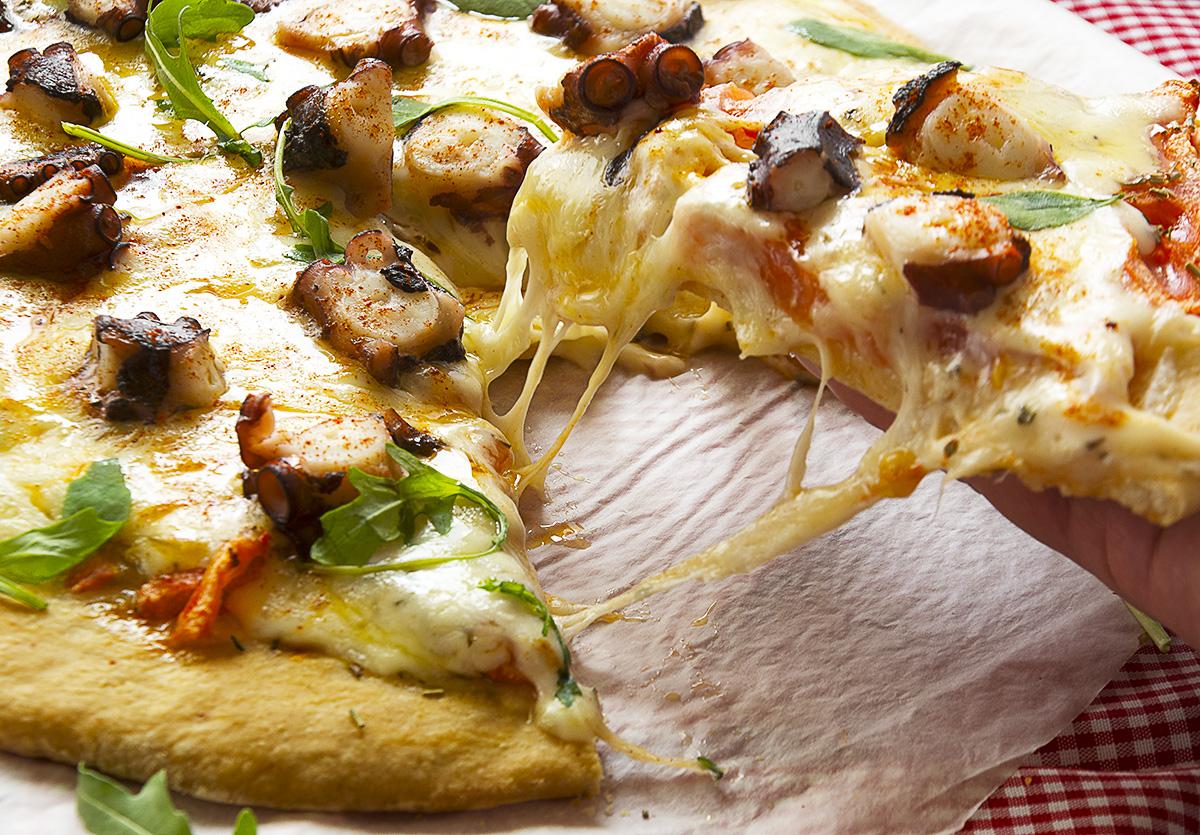 Pizza gallega de pulpo y queso de tetilla receta la for Cocinar pulpo