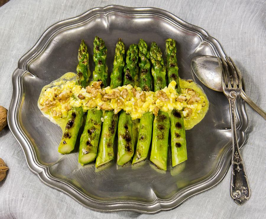 Esp rragos verdes a la plancha con vinagreta de huevo y for Cocinar esparragos