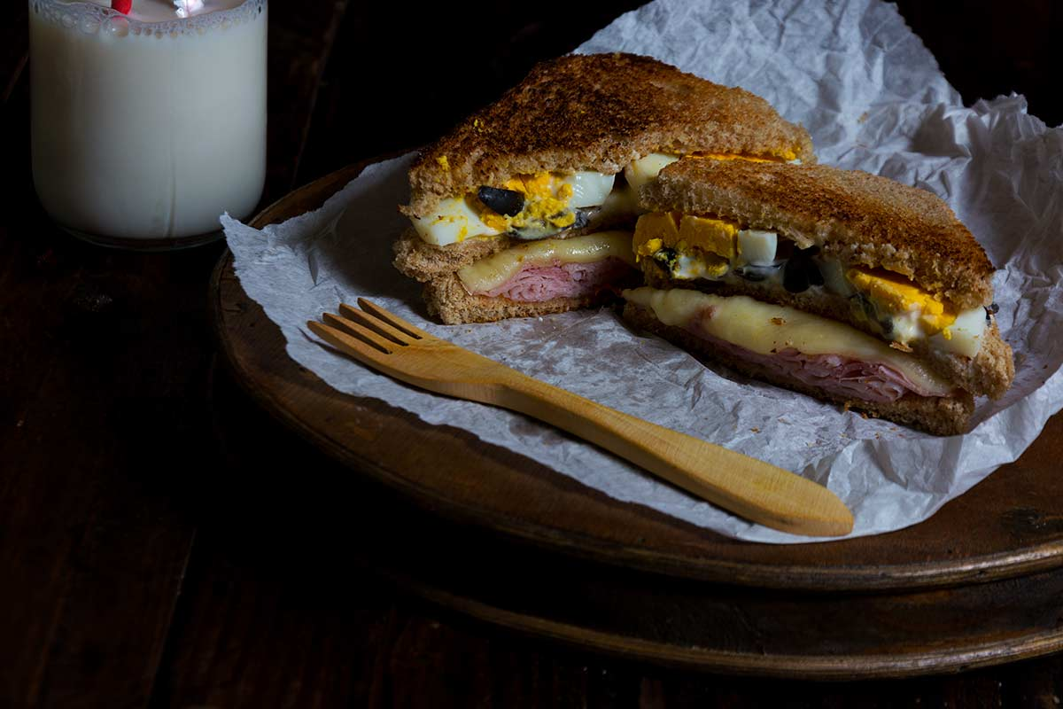 sandwich, huevo, jamon, aceitunas, mayonesa