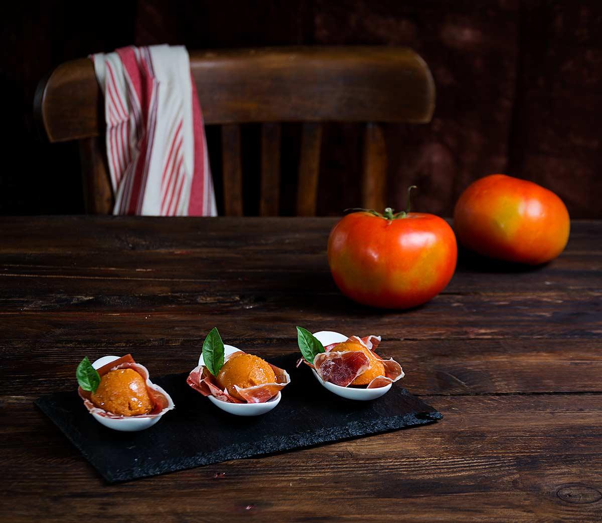 Bombones de tomate con ibérico. Fácil