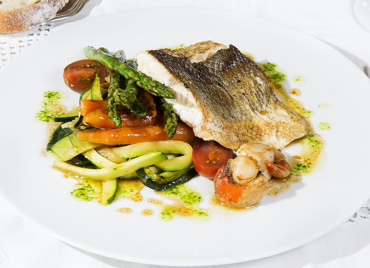 Lubina salvaje a la plancha con zamburi as y verduras la for Que cocinar con verduras