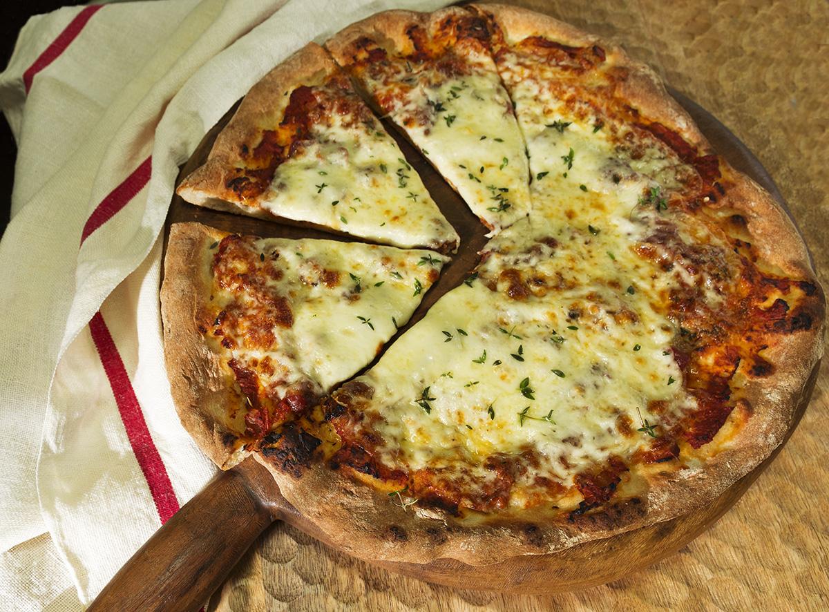 Masa de pizza con dos ingredientes. Receta de cocina fácil